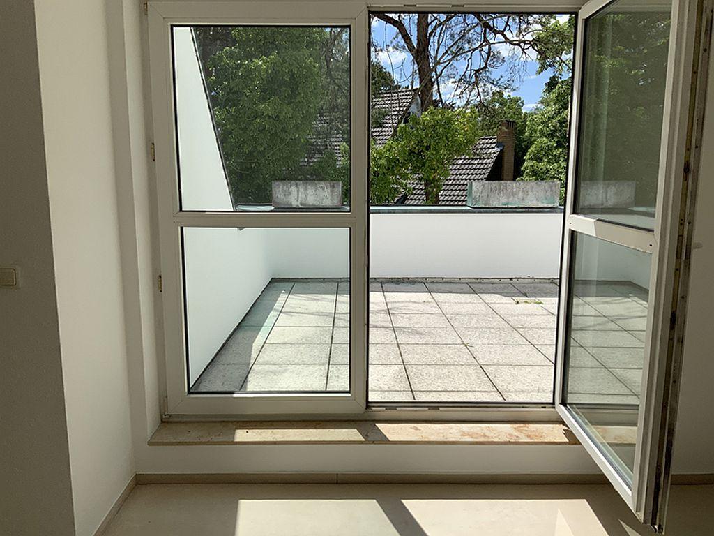 Dachterrasse mit Doppelflügeltür