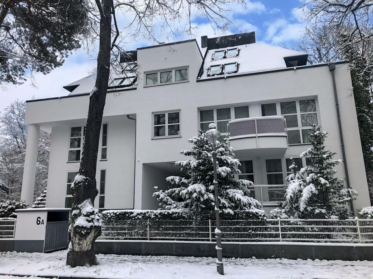 Frontansicht im Schnee.
