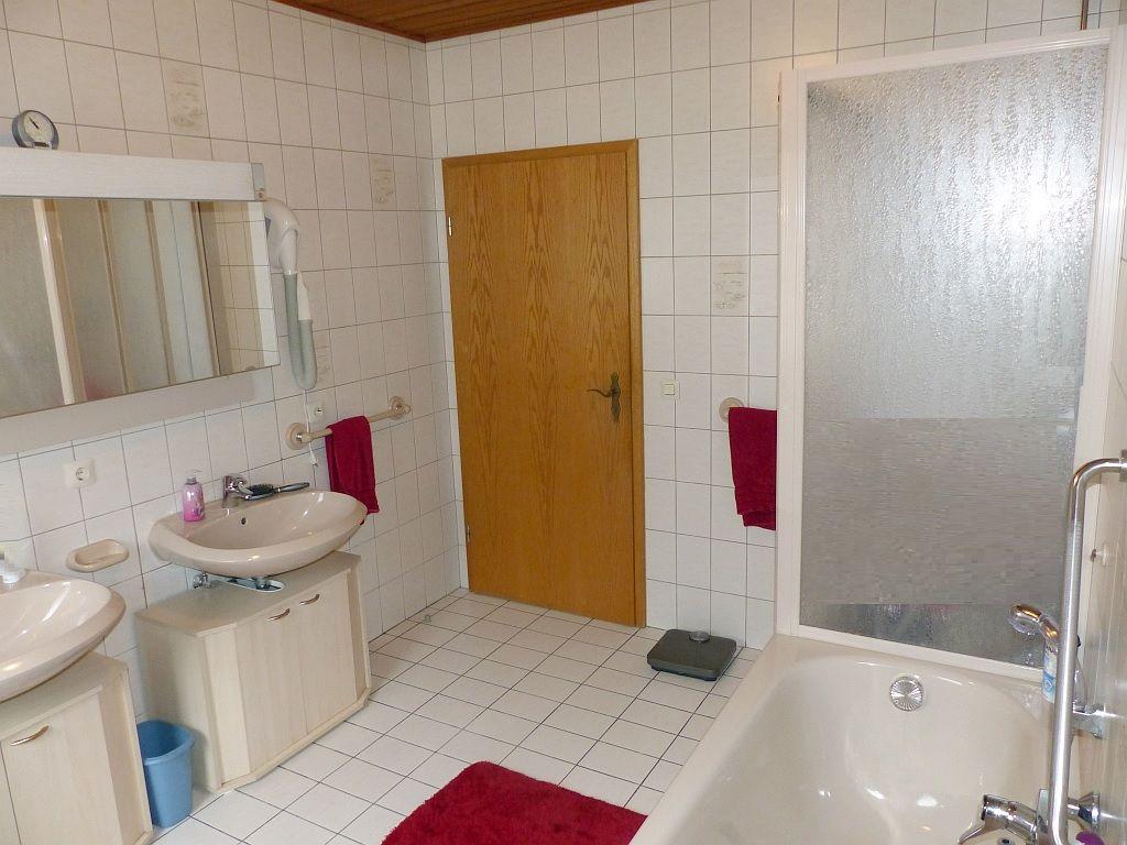Bad-WC mit Wanne und Dusche
