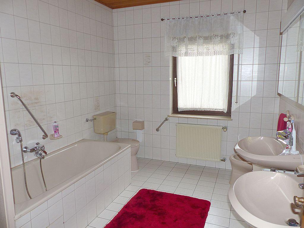 Bad-WC mit Doppelwaschbecken und Bidet