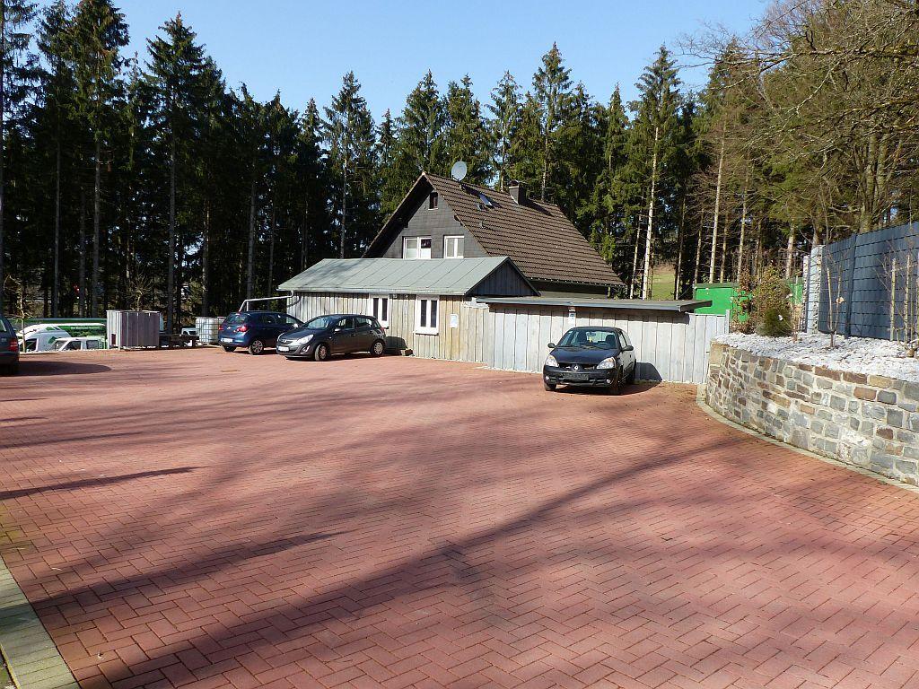 Gepflasterte Frei- und Parkflächen