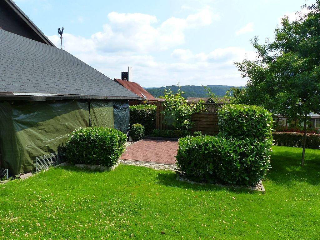 Terrasse und Wiese neben der Doppelgarage