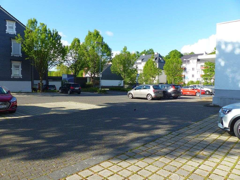Großer Parkplatz Hausrückseite